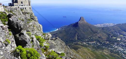 Suedafrika Kapstadt Blick vom Tafelberg auf Seilbahnstation und Lions Head 2021 | Erlebnisrundreisen.de