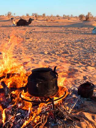 Kochstelle in der Wüste - Heinrich Wagner | erlebnisreisen-afrika.de